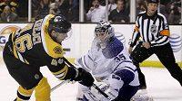 Hokejista Bostonu David Krejčí střílí gól brankáři Toronta Toskalovi.