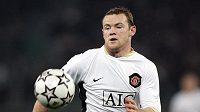 Wayne Rooney sprintuje za míčem během čtvrtfinálového utkání proti AS Řím.