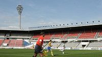 Prázdné ochozy stadionu na Strahově