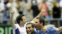 Andi Ram (vlevo) a Jonathan Erlich oslavují postup Izraele do semifinále