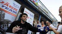 Hokejista Jaromír Jágr se na plovárně ve Slaném podepisoval dětem.