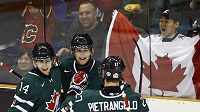 Mladí hokejisté Kanady oslavují jednu z branek do sítě Švýcarů.