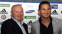 Záložník Frank Lampard s šéfem Chelsea Peterem Kenyonem