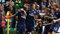 Fotbalisté Arsenalu oslavují gól v síti Celtiku.