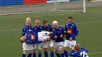 I takhle se dá slavit vstřelený gól. Hráči Stjarnanu se zvěčňují s ulovenou trofejí.