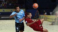Uruguayský plážový fotbalista Coco (vlevo) se snaží zabránit střele Portugalce Alana. (ilustrační foto)