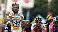 Britský cyklista Mark Cavendish (vlevo) oslavuje své vítězství v 6. etapě závodu Kolem Švýcarska.