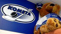 Na skříňce v šatně si hoví maskot hráčů Komety Brno