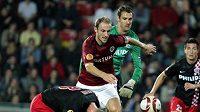 Sparťanský stoper Roman Hubník po souboji s Ooijerem z PSV Eindhoven. V odvetě je však jeho start nejistý...
