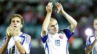 Slovenští fotbalisté děkují divákům po zápase.