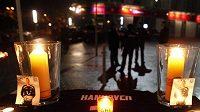 Zapálené svíčky u sídla fotbalového klubu Hannover 96