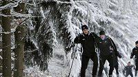 Jiří Ježdík (vlevo) a Michal Pávek se spoluhráči při dopoledním běhu na lyžích
