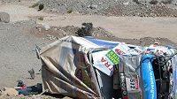 Zdemolovaná Tatra Tomáše Tomečka po havárii v 9. etapě Ralyle Dakar. Pilot i jeho posádka naštěstí vyvázli bez vážných zranění.