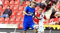 Slávista Hloušek napadá fotbalistu Ostravy Neuwirtha.