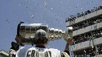 Kapitán Pittsburghu Sidney Crosby ukazuje fanouškům Stanley Cup