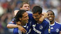 Fotbalisté Schalke Kevin Kuranyi (vlevo), Benedikt Hoewedes (uprostřed) a Christoph Moritz oslavují gól v utkání proti Bochumi.