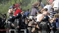 Fanoušci Hajduku Split, kteří nemají přístup na stadión, byli policií nasměrováni na odlehlé místo vedle stadiónu. Poté, co začali házet na strážce pořádku kameny, proti nim policie tvrdě zasáhla.