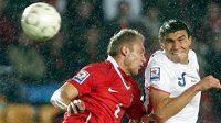 Michal Papadopulos v souboji s polským fotbalistou Poczakem