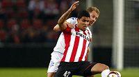 Fotbalistu PSV Eindhoven Jonathane Reise napadá Hjalte Norregard z FC Kodaň.