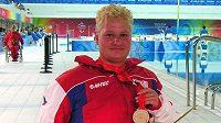 Plavkyně Běla Hlaváčková se zlatou medailí z paralympiády v Pekingu.