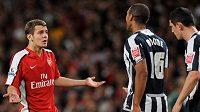 Fotbalista Arsenalu Jack Wilshere gestikuluje po vyloučení Jeromeho Thomase z West Bromwiche.