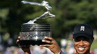 Americký golfista Tiger Woods s trofejí pro vítěze Buick Open