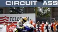 Ital Valentino Rossi projíždí cílem VC Nizozemska v Assenu.