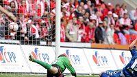 Fotbalista Liberce Andrej Kerič střílí gól brankáři Slavie Vaniakovi.