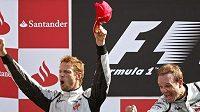 Kdo se bude radovat z titulu? Jenson Button (vlevo) nebo Rubens Barrichello? Nebo svým rivalům vypálí rybník Sebastian Vettel z Red Bullu?