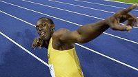 Jamajský sprinter Usain Bolt oslavuje svým typickým stylem triumf na MS v Berlíně.