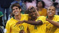 Brazilci Kaká, Juan, a Luis Fabiano (zleva) se radují z výhry nad Egyptem