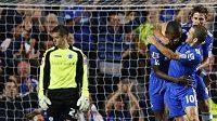 Fotbalisté Chelsea Salomon Kalou, Joe Cole a Fabio Borini (zleva) oslavují gĺ v utkání Carling Cupu proti Wolverhamptonu.