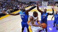 Basketbalista Los Angeles Lakers Kobe Bryant se probíjí obranou Orlanda.