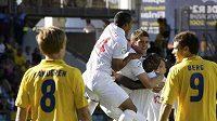 Fotbalisté anglické jednadvacítky oslavují gól Martina Cranieho (uprostřed) v semifinále ME proti domácímu Švédsku.