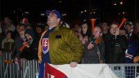 Slovenští hokejoví fanoušci na Náměstí SNP v Bratislavě.