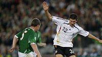 Německý fotbalista Mario Gomez se snaží přejít přes irského Richarda Dunneho