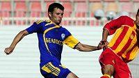 Fotbalista Makedonija GP Skopje Nijaz Lena (vpravo) bojuje o míč s Aleksandrem Valodzkou z BATE Borisov.