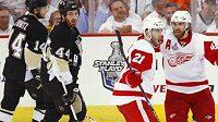Radost hokejistů Detroitu Henrika Zetterberga (vpravo) a Ville Leina z gólu ve třetím utkání finále NHL na ledě Pittsburghu