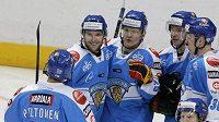 Hokejisté Finska oslavují gól v utkání proti Švédsku.