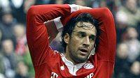 Fotbalista Bayernu Mnichov Luca Toni během utkání proti Schalke