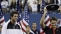 Juan Martin Del Potro (vlevo) a Roger Federer po finále US Open