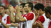Zklamaní fotbalisté Slavie děkují fanouškům po remíze se Šeriffem Tiraspol, která znamenala vyřazení ze 3. předkola Ligy mistrů.