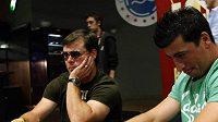 Hokejoví obránci Jaroslav Špaček (vlevo) a Tomáš Kaberle při charitativním pokerovém turnaji.