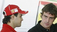 Fernando Alonso (vpravo) a Felipe Massa