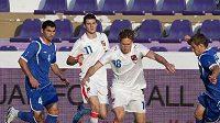 Mario Lička (uprostřed) v souboji s fotbalisty Ázerbájdžánu.