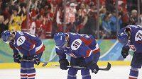 Zklamaní slovenští hokejisté po prohře s Kanadou. Zleva Lubomír Višňovský, Pavol Demitra a Michal Handzuš.