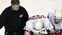 Útočník Detroitu Tomas Holmström (uprostřed) opouští v bolestech led během utkání play-off zámořské NHL.