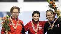 Martina Sáblíková (uprostřed) se zlatou medailí pro mistryni světa