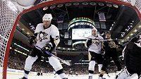 Hokejista Pittsburghu Jay McKee (vlevo)