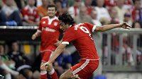 Útočník Bayernu Mnichov Luca Toni v souboji s fotbalistou Oberhausenu danielem Gordonem.